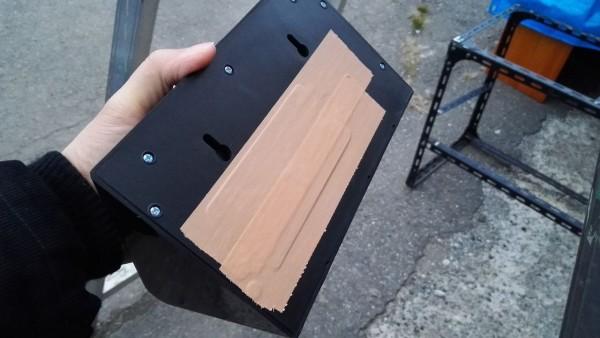 一応防水だけど、怖いので、ガムテープで補強。めったに裏蓋なんて開けないので、問題ない。