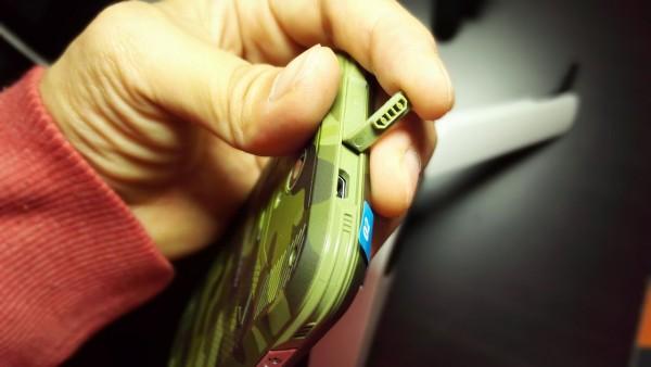 USBまでが長いので、付属のじゃないとグラグラする(一応充電はできる)