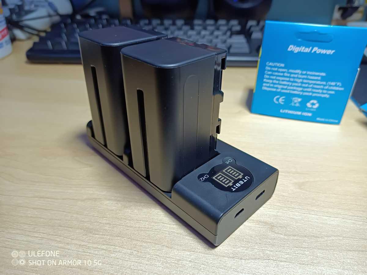 コスパ最強のカメラ照明用互換バッテリーを購入しました。【UTEBIT NP-750 / NP-F770 互換バッテリー】